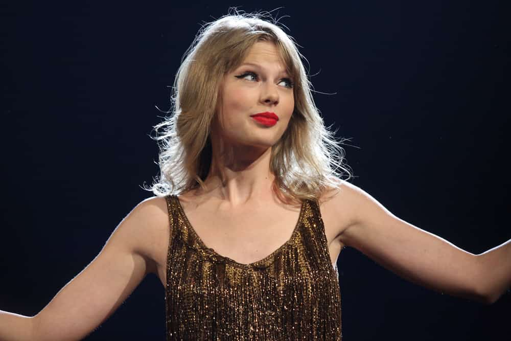 Taylor Swift doing live show